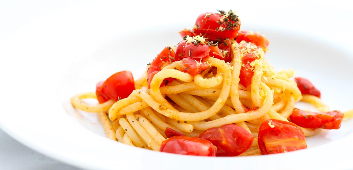Spaghetti, pomodorini Piccadilly e basilico